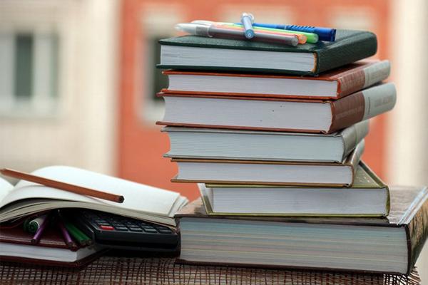 Manuais escolares gratuitos: tudo o que precisa de saber