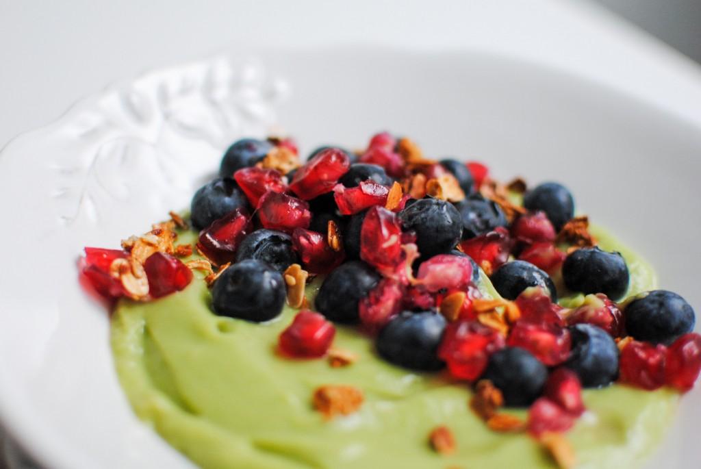 creme de abacate com romã e mirtilos | avocado crème with pomegranate and blueberries