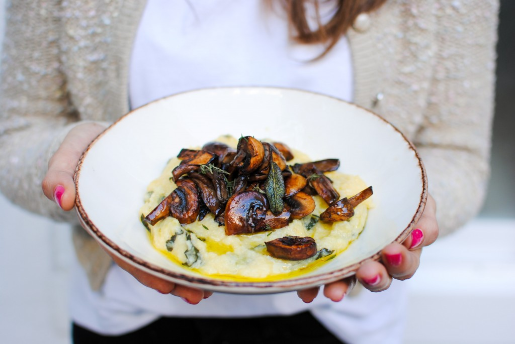 polenta aconchegante com cogumelos, tomilho e salva | cozy polenta with mushrooms, thyme and sage