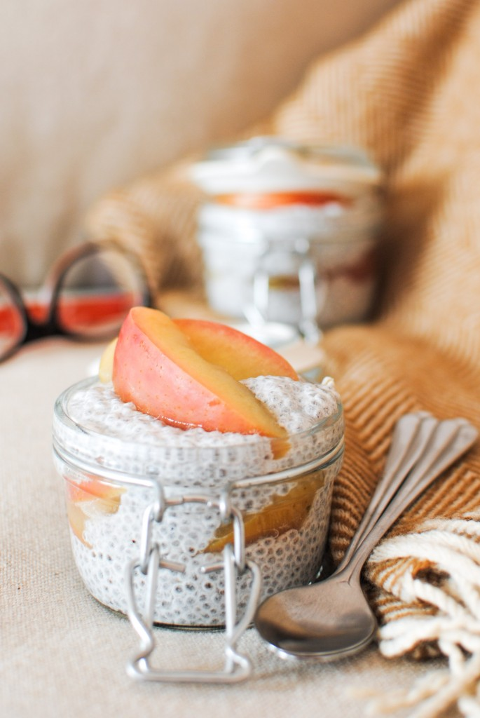 pudim de chia com maçã e cardamomo | chia pudding with poached apple and cardamom