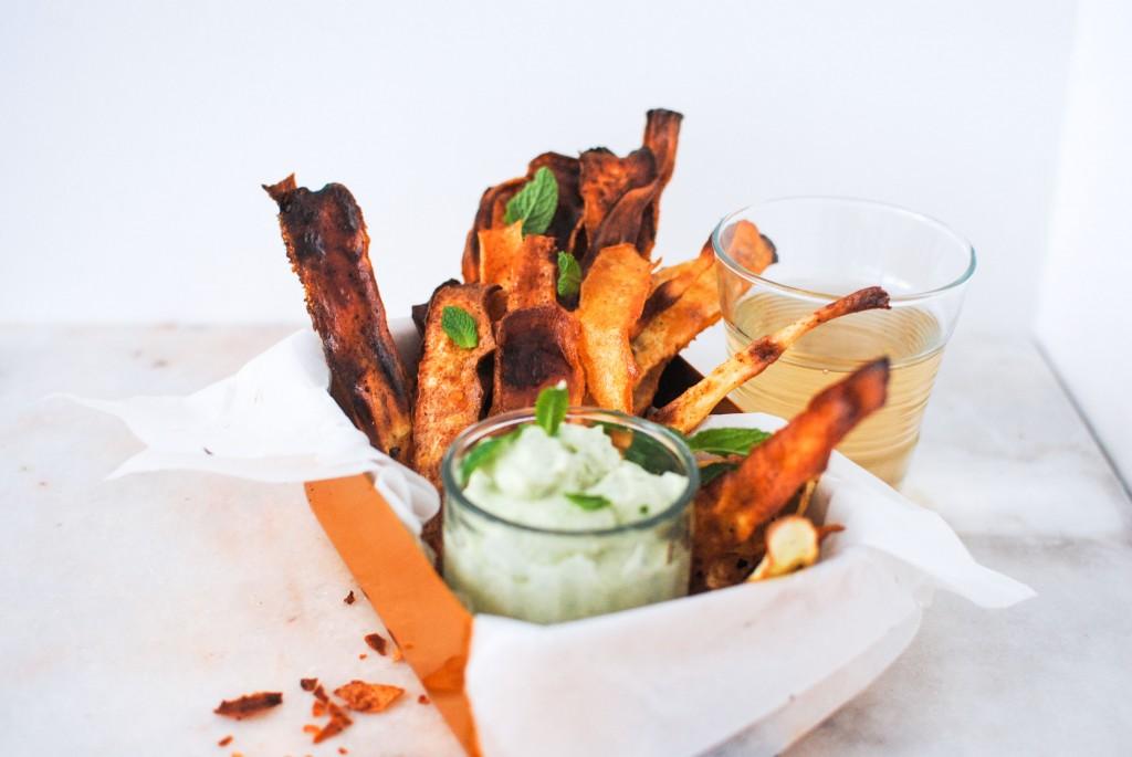 chips de pastinaca com molho de ervas vegan | parsnip chips and vegan herb dip