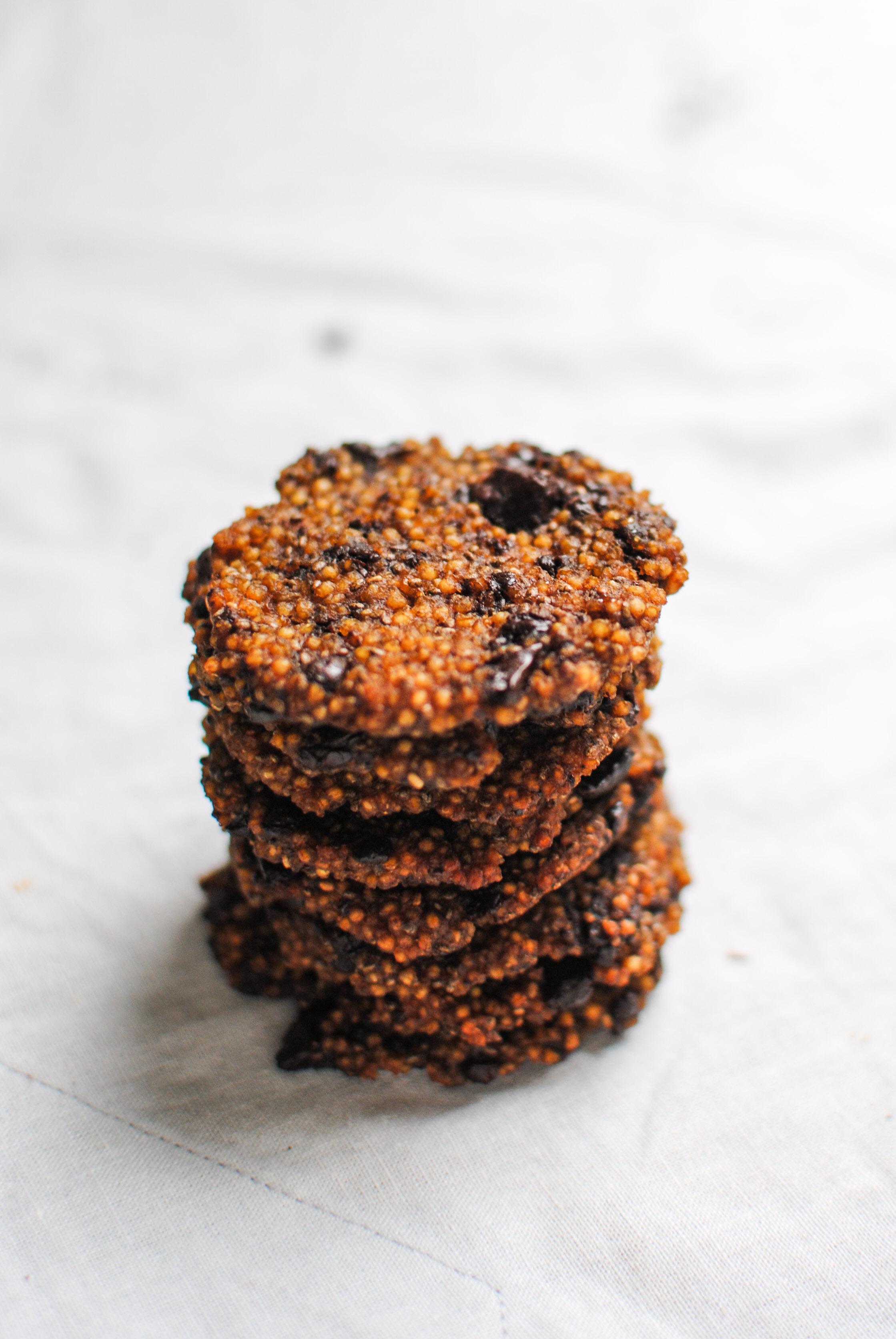 bolachas de millet, chocolate e spirulina   millet, chocolate and spirulina cookies