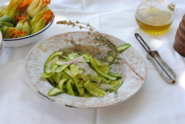 Salada de courgettes e um grelhado