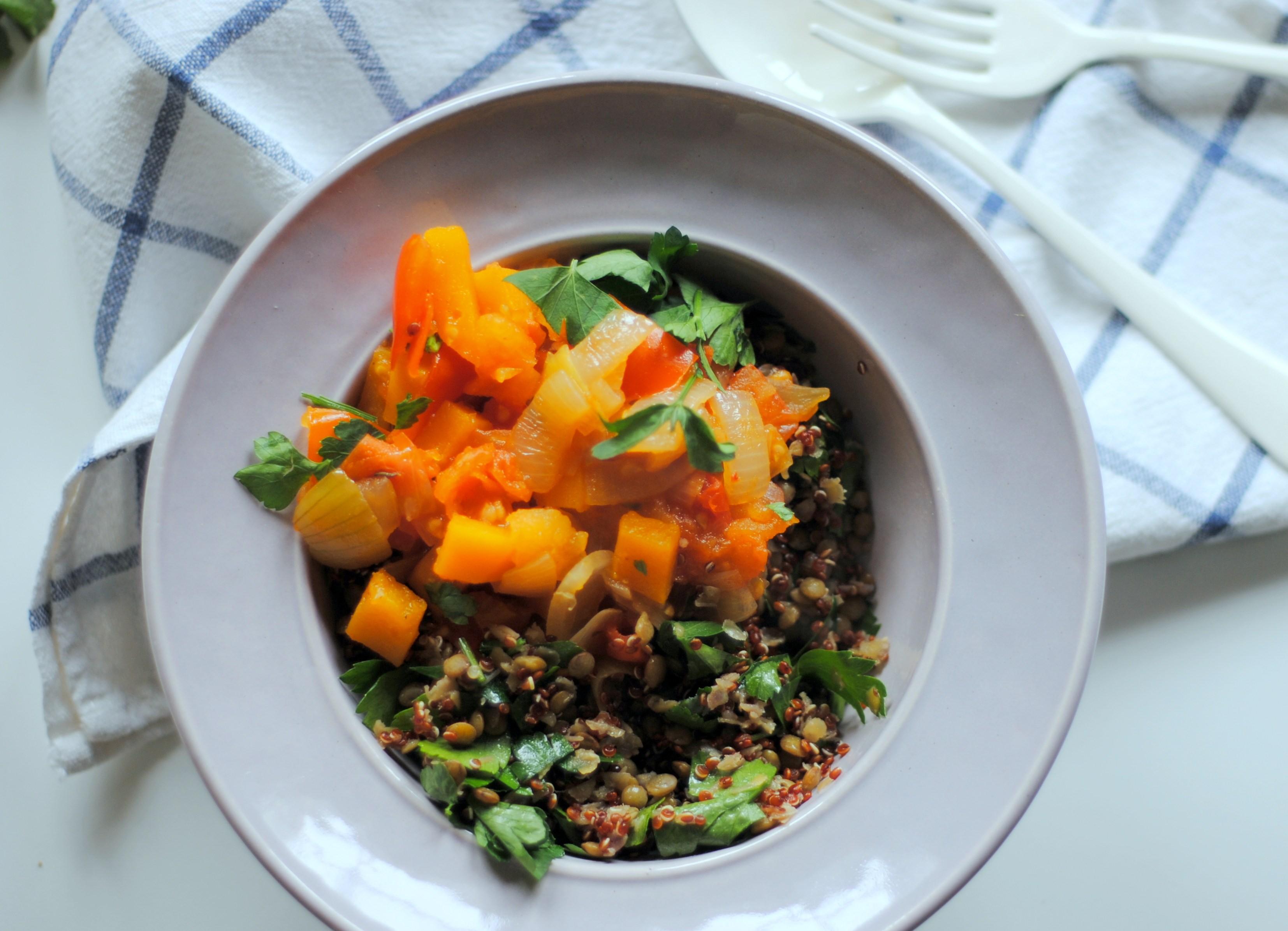 Salada morna com quinoa e lentilhas