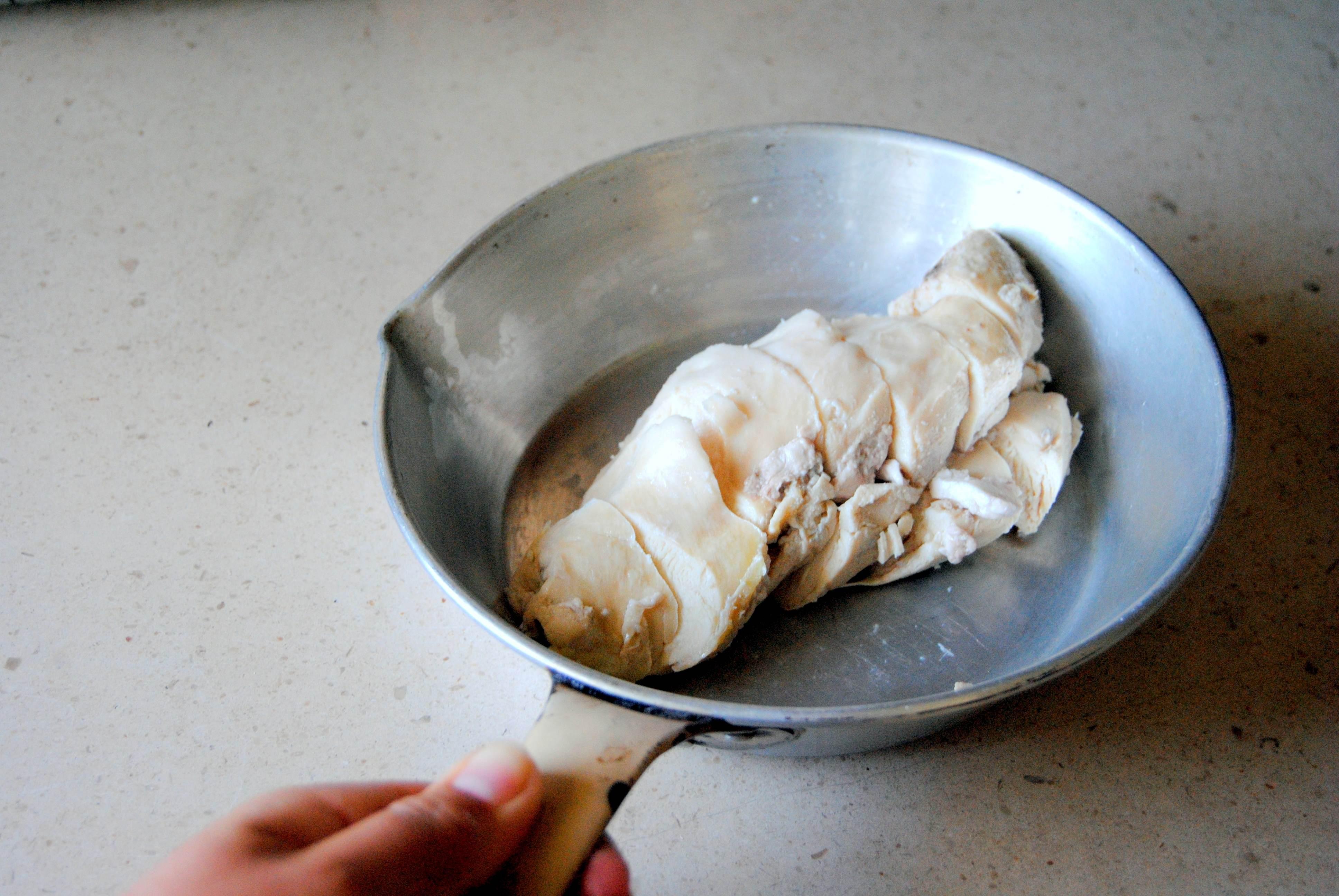 Frango escalfado em sabores Thai