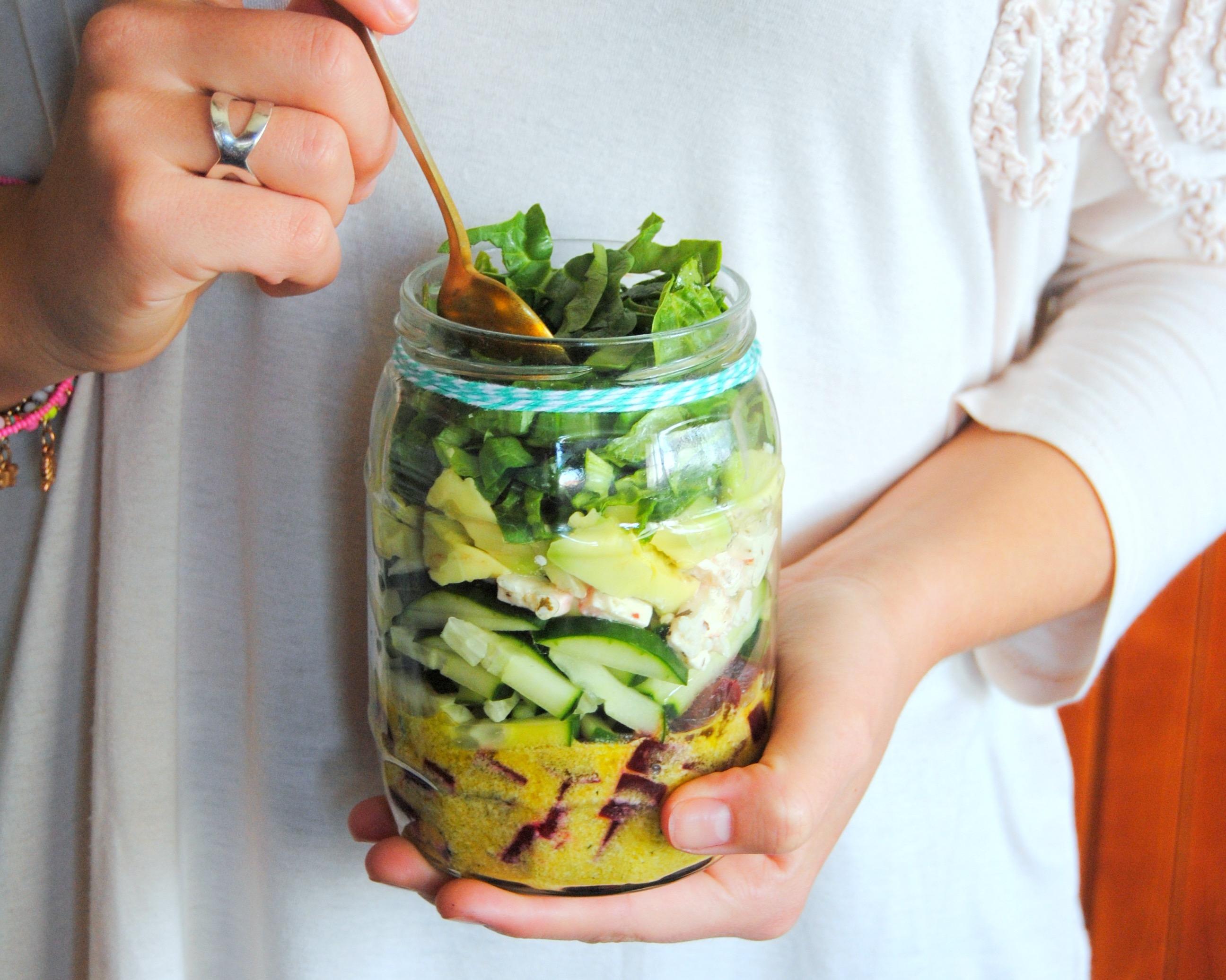Salada de pepino, beterraba e feta. No frasco!