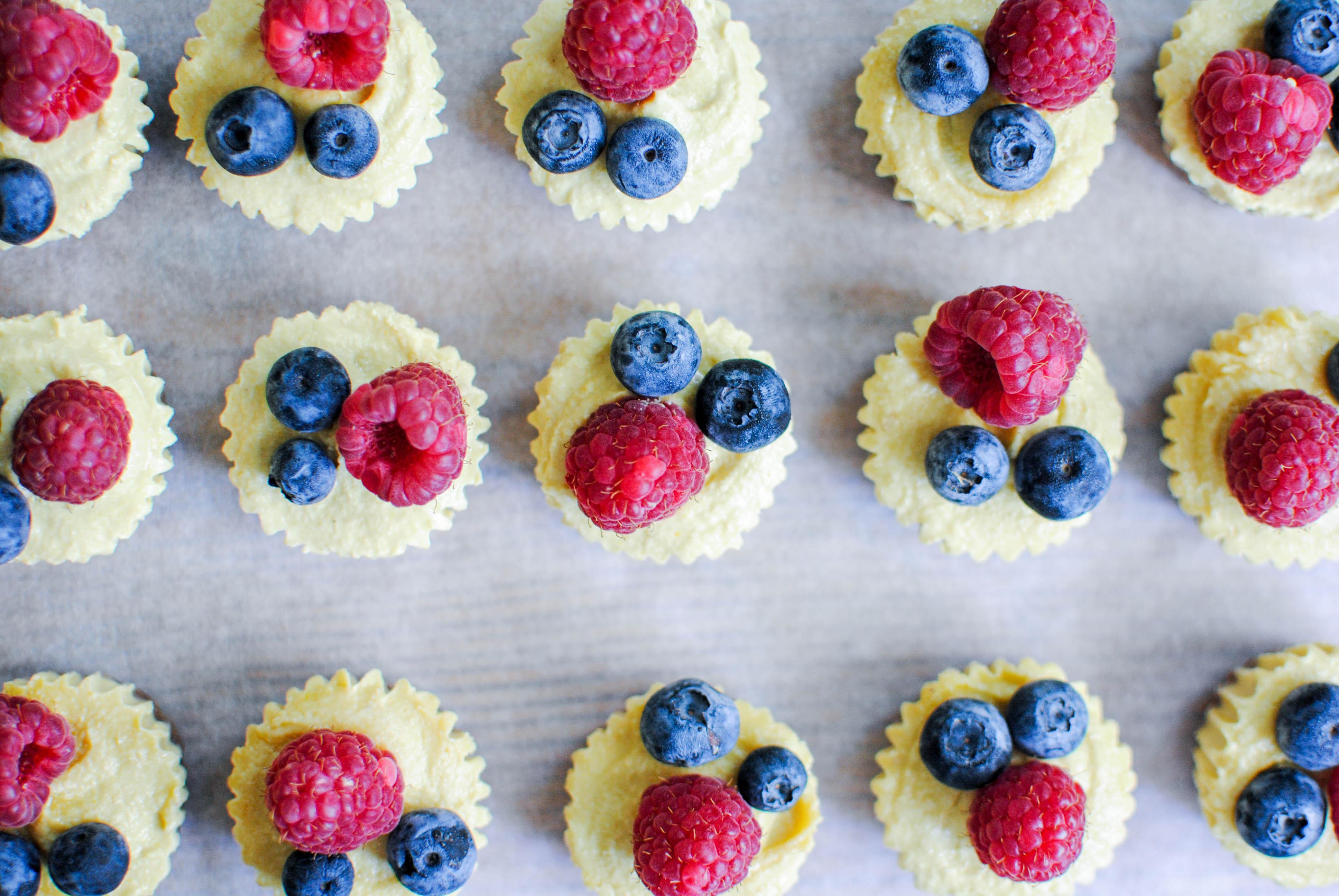 Tartelettes de limão e frutos silvestres | cru, vegan, natural
