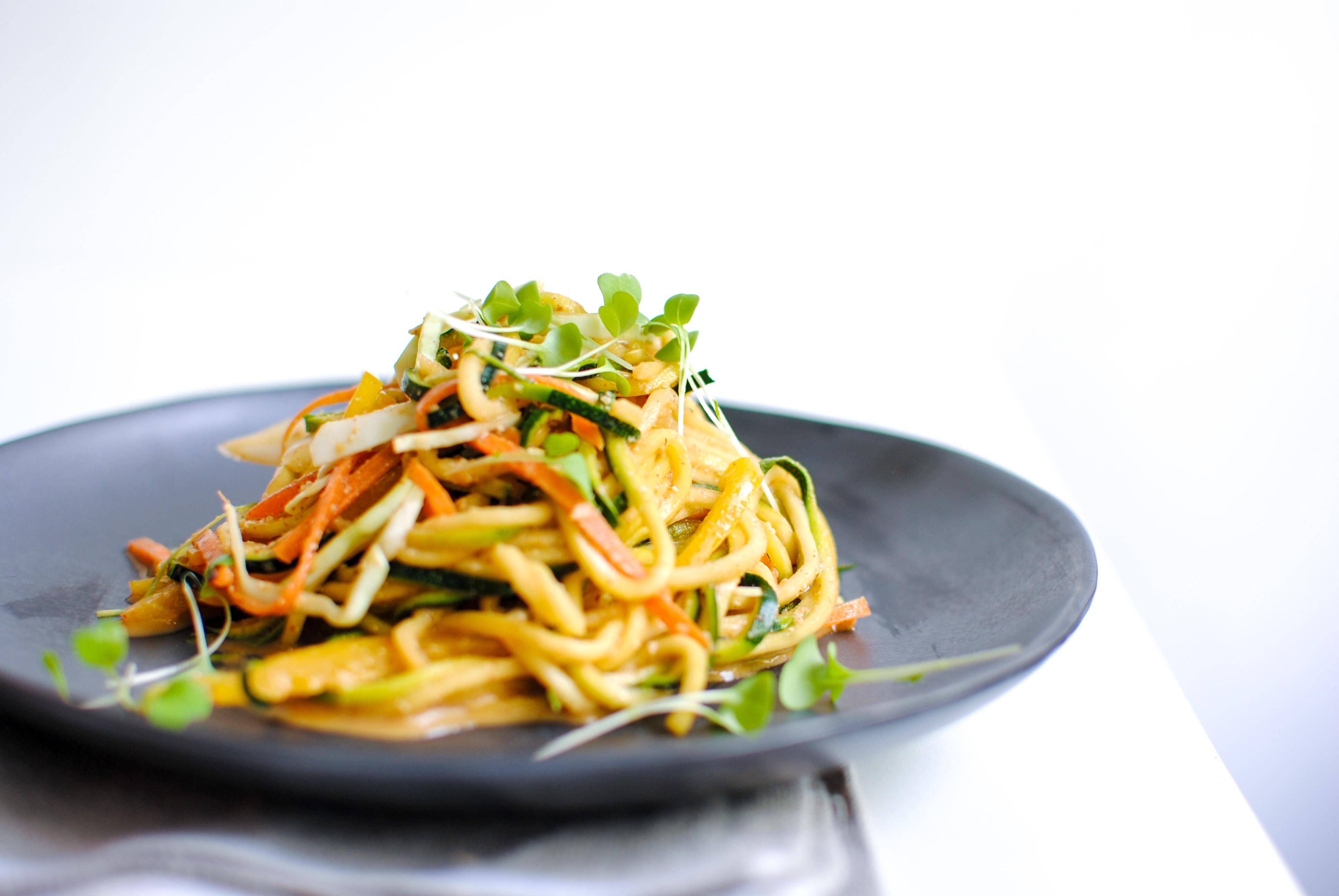 Zoodles com Vegetais e Molho de Amendoim (cru, vegan)